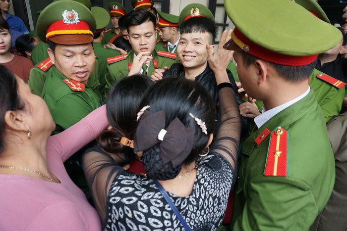 Sau lĩnh án, Khá 'Bảnh' ôm chặt mẹ dặn dò 'con đi 10 năm thôi'