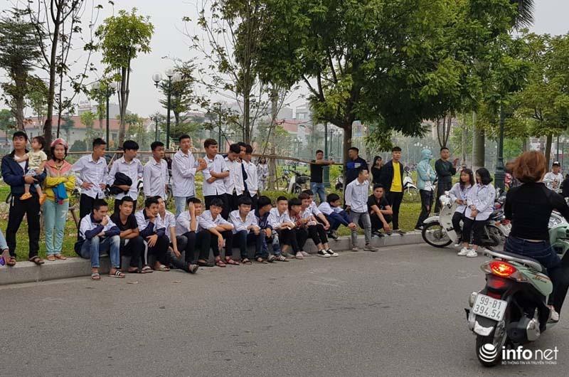 Nhiều học sinh đội mưa, ùn ùn kéo đến phiên tòa vẫy tay chào Khá 'Bảnh'
