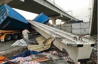 Vụ container kéo sập dầm cầu bộ hành: Chiều cao cầu sai với thiết kế?