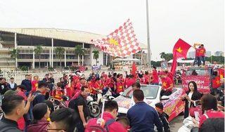 CĐV nhuộm đỏ quảng trường SVĐ Mỹ Đình trước trận Việt Nam - UAE