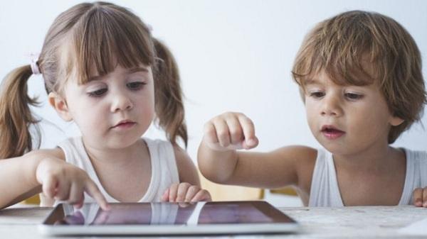 Trẻ dưới 2 tuổi chậm ngôn ngữ khi tiếp xúc nhiều với thiết bị điện tử