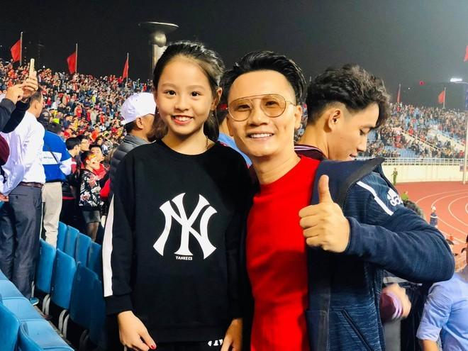 Hoài Linh chúc mừng Tiến Linh mang lại chiến thắng cho tuyển Việt Nam