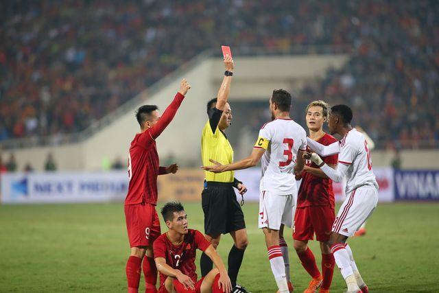 Clip: Khoảnh khắc cầu thủ UAE phạm lỗi thô bạo với Tiến Linh