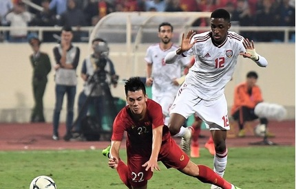 Clip: Khoảnh khắc cầu thủ UAE phạm lỗi thô bạo với Tiến Linh và bị nhận thẻ đỏ