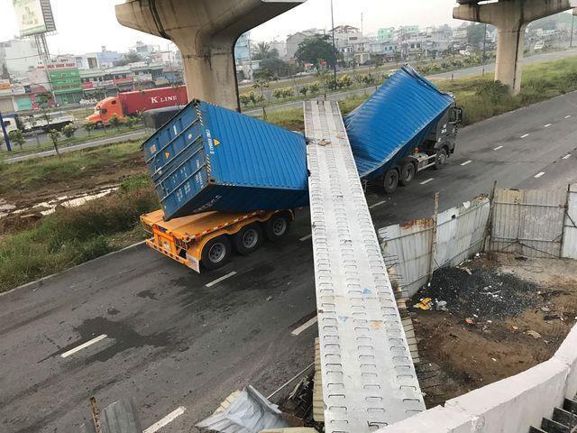 Cao độ cầu bộ hành bị xe container kéo sập thiếu nhiều so với tiêu chuẩn