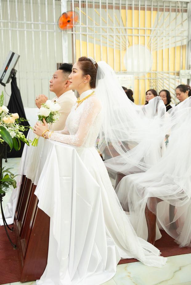 Bảo Thy đeo vàng và kim cương nặng trĩu trong đám cưới