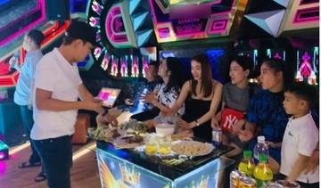 Vợ chồng Nhã Phương - Trường Giang về Quảng Nam đi hát karaoke