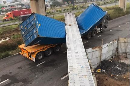 Vụ xe container kéo sập cầu bộ hành: 4 ngày vẫn chưa thống nhất được cao độ