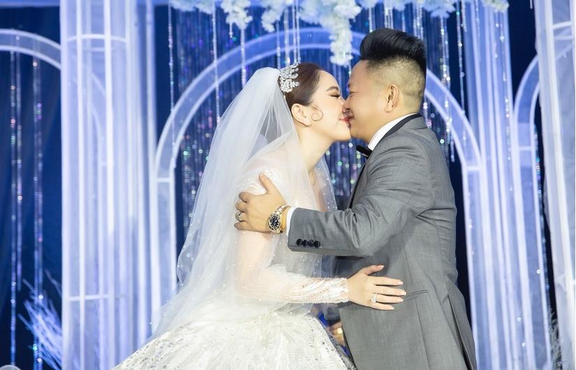 Cô dâu Bảo Thy nghẹn ngào bật khóc trong tiệc cưới
