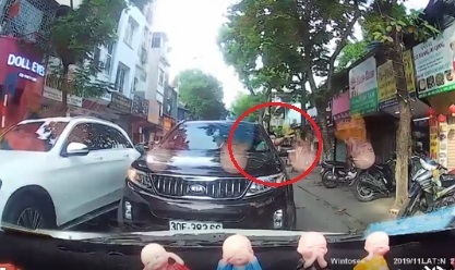 Clip: Đã đi lấn làn ngược chiều, tài xế còn bắt ôtô đi đúng nhường đường