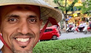 Trọng tài bắt trận Việt Nam - Thái Lan đội nón check-in tại hồ Gươm