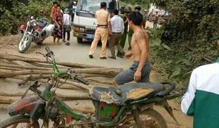 Người dân vác củi ra đường chặn ô tô CSGT đòi lại xe máy vi phạm