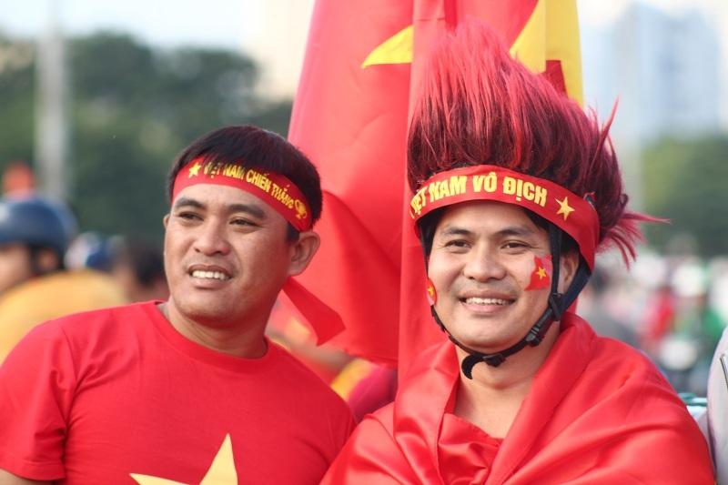 CĐV nhuộm đỏ quảng trường SVĐ Mỹ Đình trước trận Việt Nam – Thái Lan