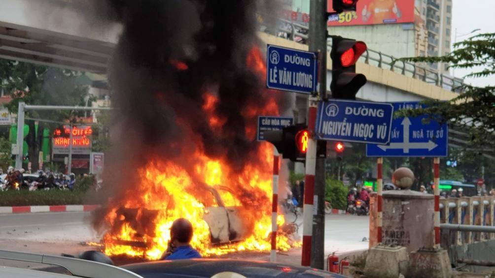 Sau tai nạn, Mercedes bốc cháy dữ dội, 1 người phụ nữ bị cuốn vào gầm ô tô tử vong