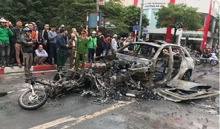 Hiện trường vụ tai nạn khiến xe Mercedes bốc cháy dữ dội