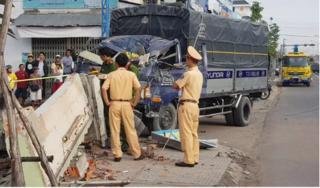 Xe tải tông sập quán phở khiến nữ chủ quán tử vong
