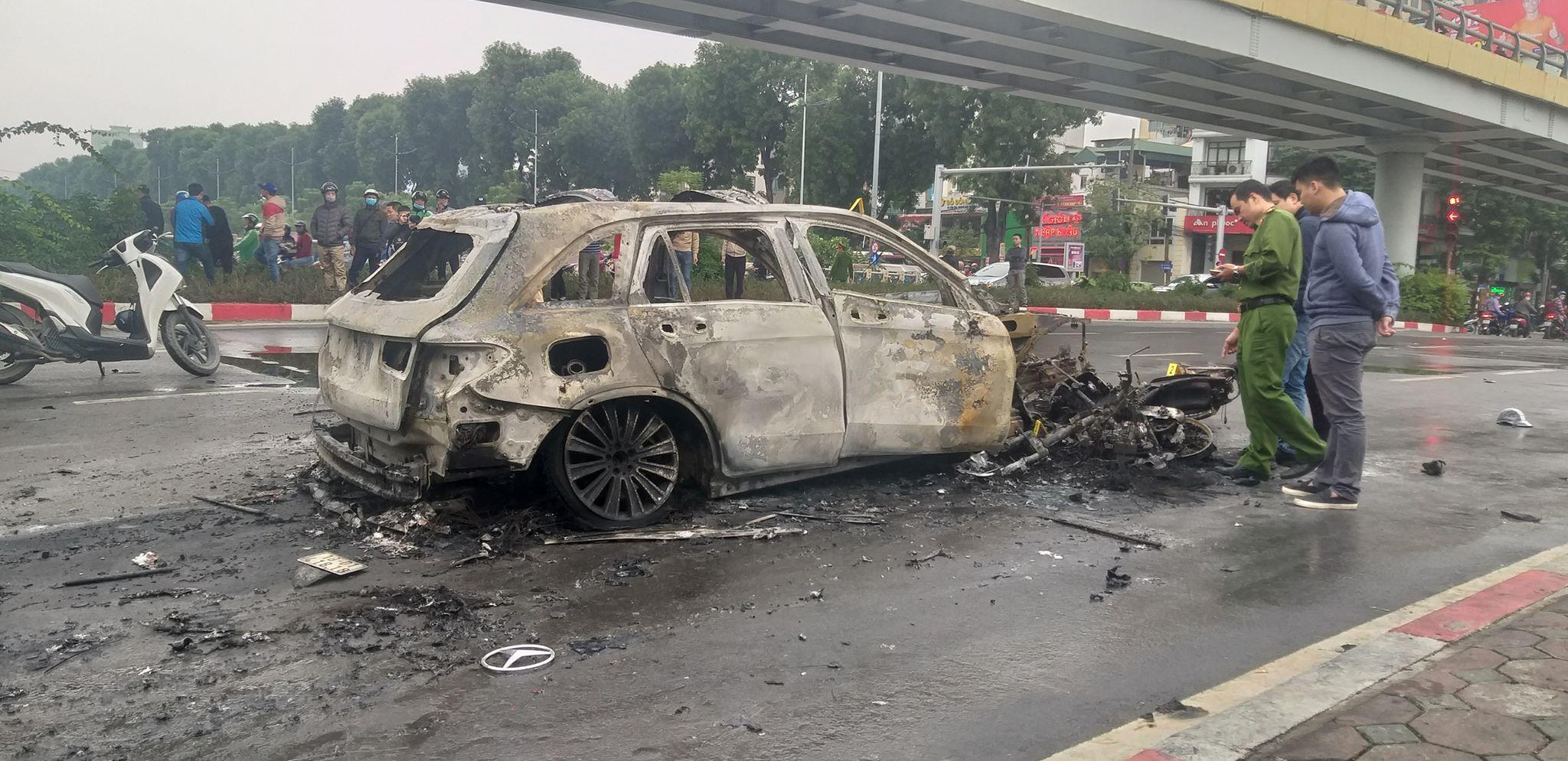 Tài xế ô tô Mercedes bốc cháy dữ dội ôm nạn nhân khóc?