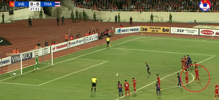 Clip: Quang Hải nhắc bài giúp Văn Lâm cản phá penalty trước Thái Lan