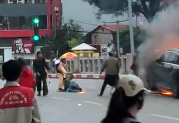 Trung tá CSGT kể lại giây phút lao vào đám cháy xe Mercedes cứu tài xế Grab mắc kẹt