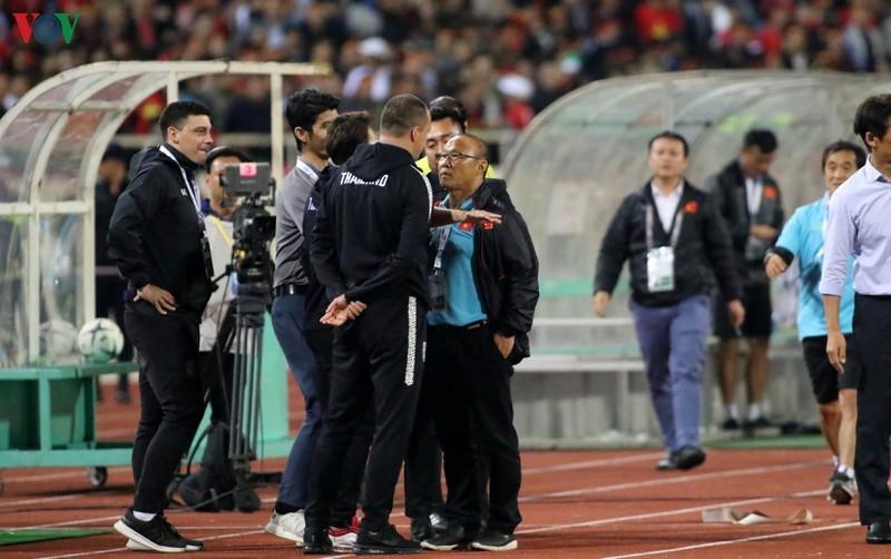 Trợ lý HLV Thái miệt thị thầy Park: 'Cử chỉ đó không xúc phạm ai cả'