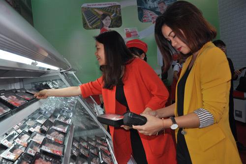 Người tiêu dùng chọn mua thịt lợn ở một cửa hàng bán thịt mát Meat Deli tại Hà Nội.  Ảnh: M.H