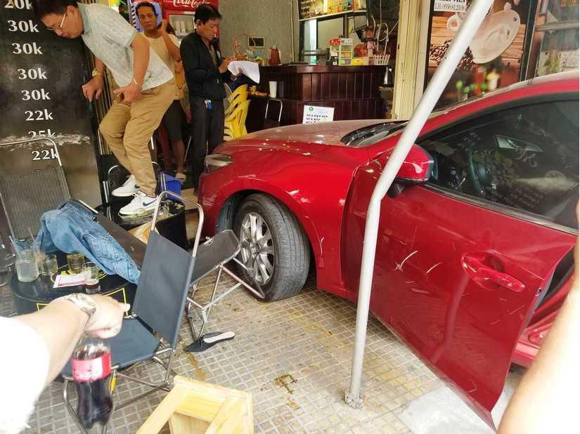 Ô tô lao vào quán cà phê Chạy, nhiều người tháo chạy thục mạng