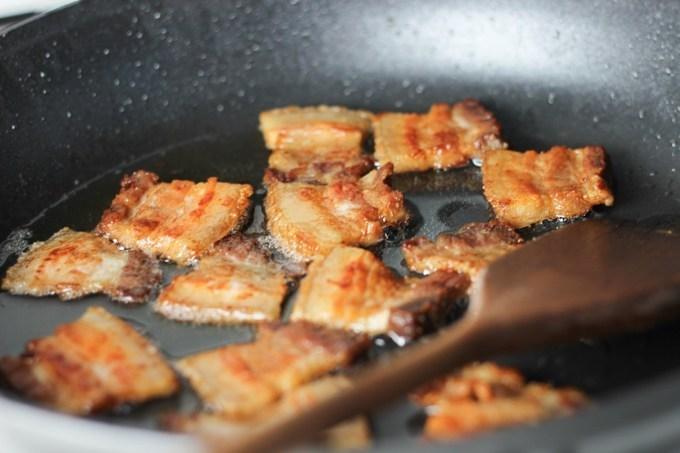 Chẳng cần ăn nhà hàng, rán thịt ba chỉ theo cách này cũng thơm ngon