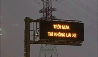 """Dòng chữ """"Trời mưa không lái xe"""" trên cao tốc Long Thành khiến tài xế hoang mang"""