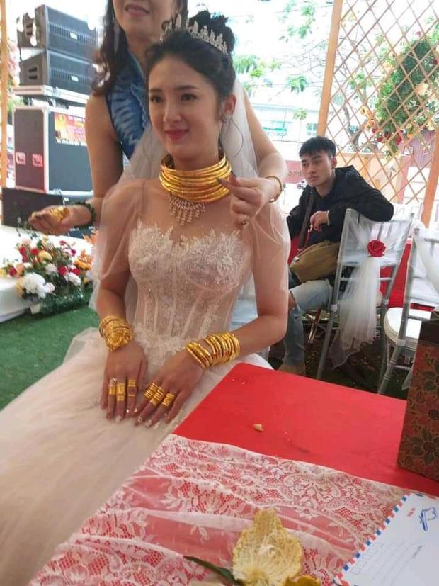 Nhan sắc xinh như hot girl của cô dâu Cao Bằng dát vàng2
