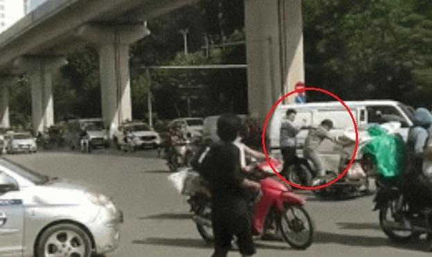 Clip: Va chạm giao thông, 2 người đàn ông lao vào đánh nhau