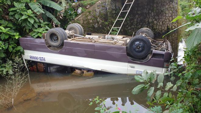 Tránh xe tải ngược chiều, ô tô lao thẳng xuống suối lật ngửa
