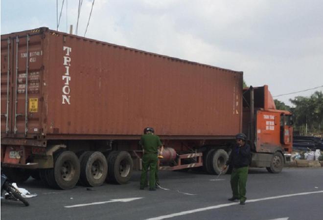 Thất thần khi thấy con gái 2 tuổi tử nạn dưới bánh xe container khi đi khám về