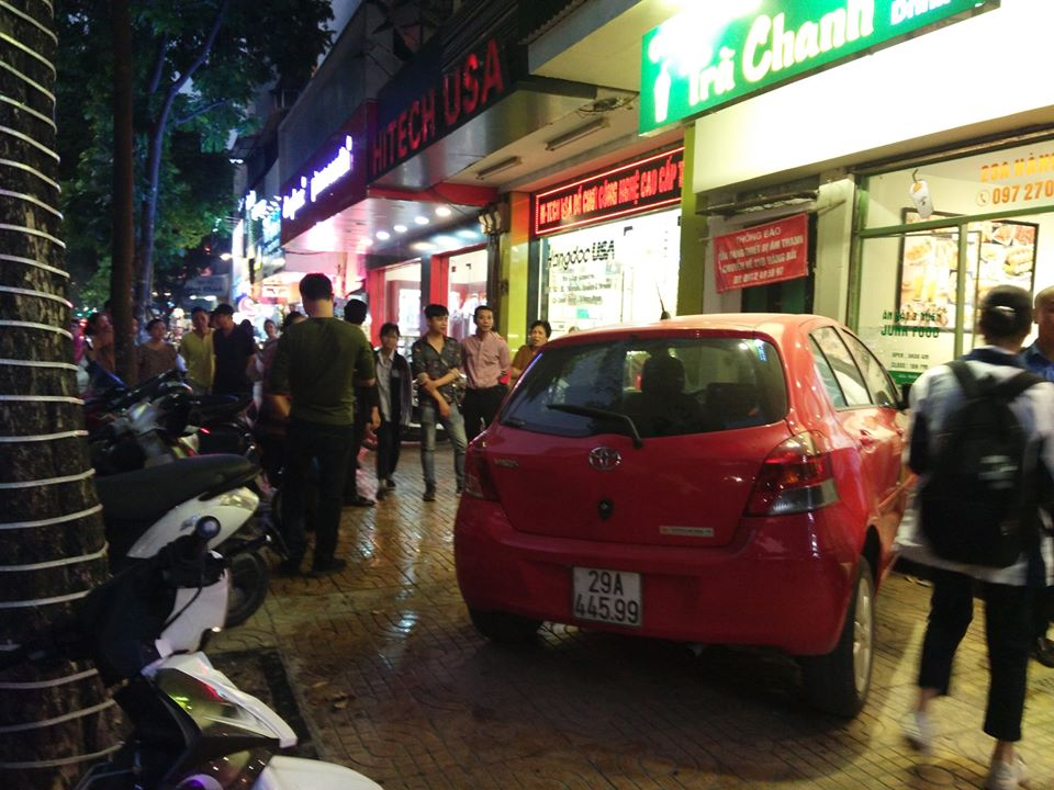 Nữ tài xế mất lái, lao thẳng vào quán trà chanh trên phố