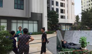 Bé gái rơi từ tầng 39 chung cư Goldmark City: Đau xót cảnh bố qùy khóc sau xe cứu thương