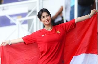 Nhan sắc 'không tì vết' của 'thánh nữ' Maria Ozawa trên khán đài cổ vũ U22 Indonesia - Thái Lan