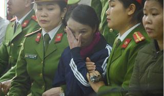 Mẹ nữ sinh giao gà bật khóc, liên tục ngoái nhìn gia đình tại tòa