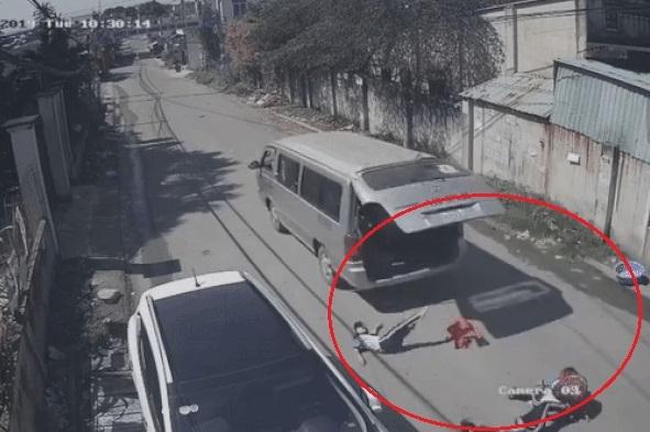 Clip 3 học sinh bị văng xuống đường vì cửa xe ô tô bất ngờ mở bung2