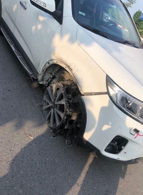 Ô tô 'điên' tông liên hoàn 4 người bỏ chạy địa bàn Long Biên