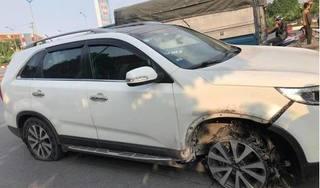 Ô tô gây tai nạn liên hoàn rồi bỏ chạy cho đến khi một bánh... chỉ còn lại vành