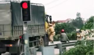 Hoảng hồn hình ảnh 2 chiến sỹ CSGT đu bám bên cabin chiếc xe tải đang chạy