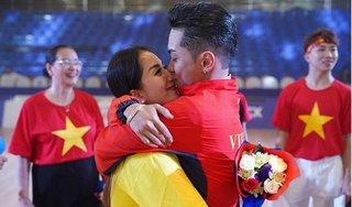 Hình ảnh vợ chồng Khánh Thi - Phan Hiển hạnh phúc bên nhau sau khi giành HCV SEA Games