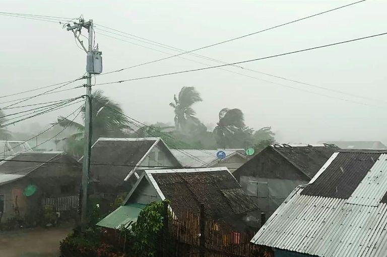 Siêu bão đổ bộ Philippines, trận U22 Việt Nam-Singapore chưa có kế hoạch hoãn