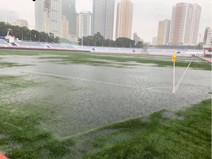Mưa to, sân ngập ngụa nước trước giờ diễn ra trận U22 Việt Nam-U22 Singapore