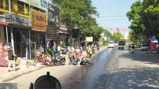 Dầu loang đầy đường, nhiều xe máy ngã sõng soài
