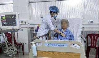 Bác sĩ 5 giờ vật lộn để cứu cụ bà 80 tuổi