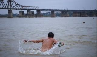 Chuyện lạ ở Hà Nội: Cụ ông 80 tuổi bất chấp thời tiết, ngày nào cũng