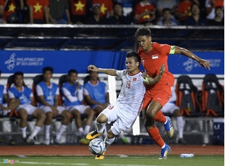 Lý lịch 'khủng' của cầu thủ Singapore khiến Quang Hải phải rời sân
