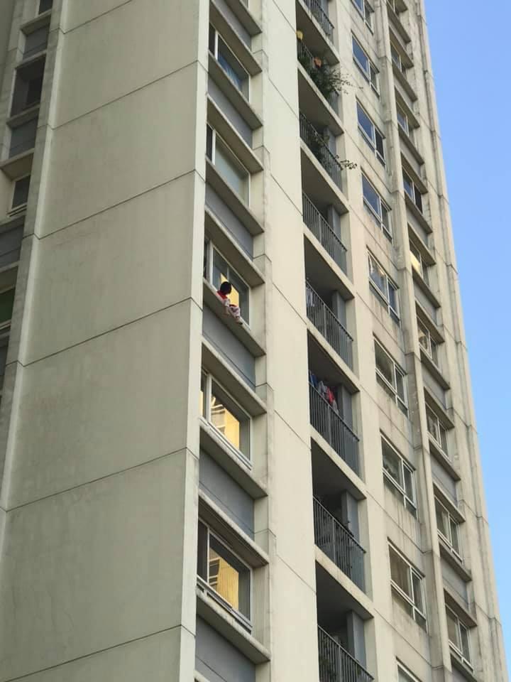 Bố của bé gái ngồi ban công tầng 6 CC Ecopark gào khóc: 'Xem ảnh trên group mới hoảng hồn'