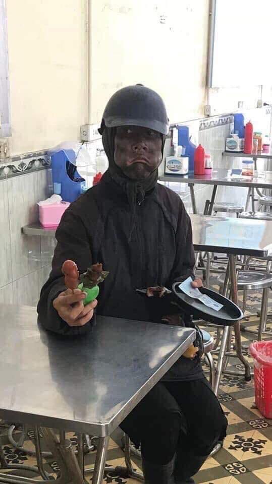 Nhóm người mặc đồ đen cầm đầu gà, xúc xích đi xin tiền, vả lại gia chủ khi bị đuổi