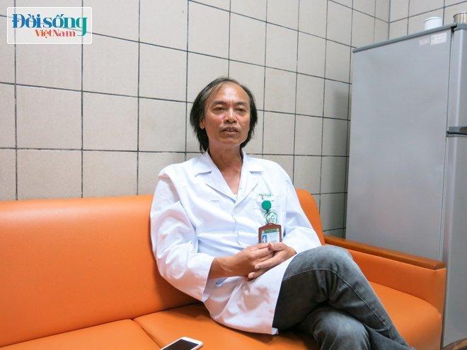 """Giáo sư chuyên khoa Nhi – Bệnh viện Bạch Mai: """"Hôn trẻ mà khiến trẻ tử vong thì ai dám hôn!"""""""